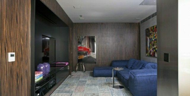 salon-madera-sofa-azul
